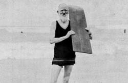 Джордж Бернард Шоу занимается серфингом на пляже в Кейптауне, 1931 год