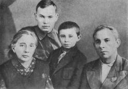Максим Рыльский с женой, сыном Богданом и Михаилом Стельмахом, 1942 год