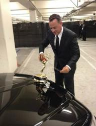 Том Хэнкс приматывает скотчем золотую статуэтку Эмми к своему автомобилю