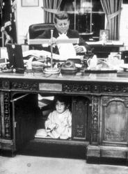 Джон Кеннеди играет с сыном в Овальном кабинете, 15 октября 1963 года
