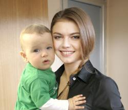 Алина Кабаева показала миру сына