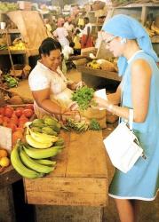 Грейс Келли на рынке во время отдыха на Ямайке, 1967 год