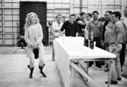 """Джейн Фонда и съемочная группа фильма """"Барбарелла"""" празднуют окончание съемочного процесса, 1968 год"""