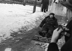 Фидель Кастро съезжает с ледяной горки