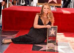 Звезда Мэрайи Кэри на Аллее славы в Голливуде