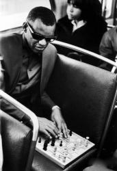 Рэй Чарльз играет в шахматы