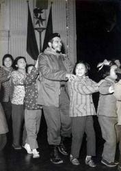 Че Гевара водит хоровод в детском саду в Шанхае, 1960 год