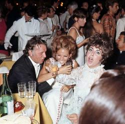 Ричард Бертон, Клаудия Кардинале и Элизабет Тейлор на вечеринке Ca' Vendramin Calergi в рамках Венецианского кинофестиваля, 1967 год