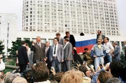 Борис Ельцин на бронетранспортере призывает своих сторонников к всеобщей забастовке, 19 августа 1991 года