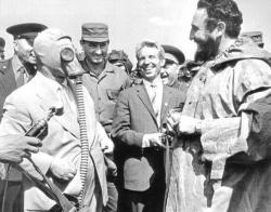 Никита Хрущев демонстрирует Фиделю Кастро новую модель противогаза, Москва, 1963 год