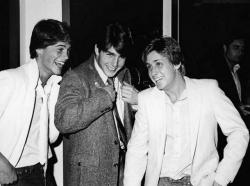 """Роб Лоу, Том Круз и Эмилио Эстевес на премьере фильма """"Под опекой чужаков"""", 1982 год"""