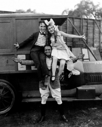"""Чарли Чаплин, Мэри Пикфорд и Дуглас Фербенкс на съемках фильма """"Ребекка с фермы Саннибрук"""", 1917 год"""