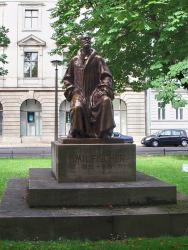 Памятник Эмилю Герману Фишеру в Берлине