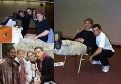 "Крис Рок, Бен Аффлек, Джейсон Мьюз и Мэтт Дэймон на съемках фильма ""Догма"", 1998 год"