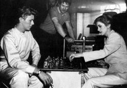 """Дэвид Боуи и Катрин Денев играют в шахматы во время перерыва на съемках фильма """"Голод"""", 1982 год"""