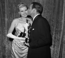 Марлон Брандо и Грейс Келли на вручении премии «Оскар», 1955 год