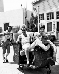 """Марлон Брандо и Джеймс Дин на съемках фильма """"Любовь императора Франции"""", 1953 год"""