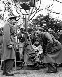 "Марлон Брандо и Джеймс Гарнер во время перерыва на съемках фильма ""Сайонара"", 1957 год"
