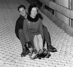 Маргарет Тэтчер катается на санках в парке Баттерси, декабрь 1962