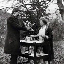 """Кристофер Ли во время обеда на съемках фильма """"Проклятие Франкенштейна"""", 1956 год"""