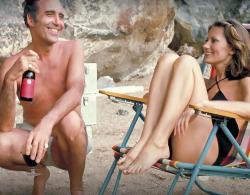 """Кристофер Ли и Мод Адамс во время перерыва на съемках фильма """"Человек с золотым пистолетом"""", 1974 год"""