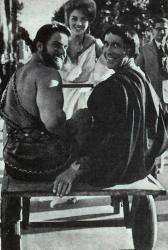 """Леонора Руффо катает на тележке Рега Парка и Кристофера Ли на съемках фильма """"Подвиги Геракла: Геракл в царстве теней"""", 1961 год"""