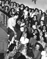 Фрэнк Синатра в окружении своих фанаток, 1943 года