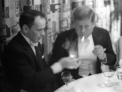 Фрэнк Синатра дает прикурить Джону Кеннеди на его инаугурации, 1961 год