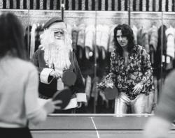 Элис Купер играет в настольный теннис с Санта-Клаусом в универмаге Александра в Нью-Йорке, 1972 год