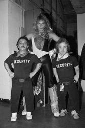 Дэвид Ли Рот со своими телохранителями Джимми и Дэнни, 1982 год