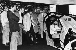 Джордж Лукас тестирует аркадную игру Atari Star Wars, 1983 год