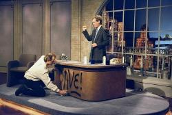 """Билл Мюррей рисует баллончиком на столе Дэвида Леттермана во время съемок первого эпизода """"Вечернее шоу с Дэвидом Леттерманом"""", 1993 год"""