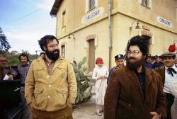 """Френсис Форд Коппола и его мама Италия Коппола, одетая как его двойник, на съемках фильма """"Крестный отец 2"""", 1973 год"""