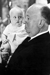 """Альфред Хичкок с ребенком на съемках фильма """"Птицы"""", 1962 год"""