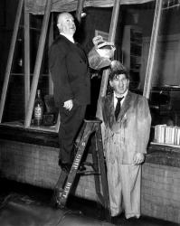 """Альфред Хичкок и Росс Багдасарян на съемках фильма """"Окно во двор"""", 1954 год"""