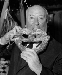 """Альфред Хичкок ест крендель на премьере фильма """"Психо"""", 1960 год"""