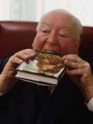 """Альфред Хичкок наслаждается книгой Тома Приду """"Любовь или ничего: Жизнь и времена Эллен Терри"""", 1978 год"""