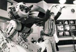 """Пол Верховен вместе с роботом ED-209 на съемках фильма """"Робокоп"""", 1987 год"""