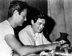 """Тони Кертис и Стэнли Кубрик играют в карты во время съемок фильма """"Спартак"""", 1960 год"""