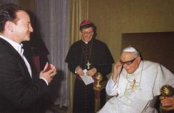 Папа Иоанн Павел II меряет очки Боно во время их знакомства в 1999 году