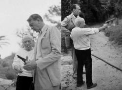 Актер Гэри Купер учит Пабло Пикассо стрелять из револьвера, 1959 год