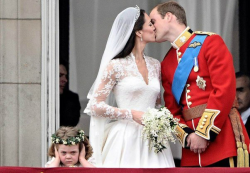 Пожалуй, самая известная фотография состоявшейся 29 апреля 2011 года свадьбы принца Уильяма и Кейт Миддлтон, на балконе Букингемского дворца.