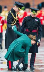 Принц Уильям помогает своей жене на параде в честь Дня Святого Патрика в Олдершоте: в герцогини Кембриджской застрял в решетке каблук, 17 марта 2013 года