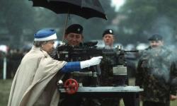 Королева Елизавета II во время своего посещения Британской Армии