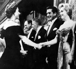 """Знакомство Елизаветы II и Мэрилин Монро на премьере фильма """"Автобусная остановка"""" в Лондоне, 1956 год"""