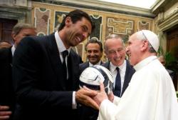 Итальянский голкипер Джанлуиджи Буффон дарит мяч Папе Франциску во время личной аудиенции в Ватикане