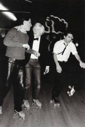Энди Уорхол катается на роликах на катку Roxy Roller, 1980 год