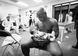 Майк Тайсон со своим двухмесячным сыном Мигелем после проигрыша Ленноксу Льюису, 2002 год