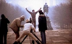 """Джон Г. Эвилдсен контролирует процесс съемки культовой сцены из фильма """"Рокки"""" с участием Сильвестра Сталлоне, 1976 год"""