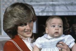 Принцесса Диана держит своего 6-месячного сына, принца Уильяма, в Кенсингтонском дворце. (Лондон, 1982 год)
